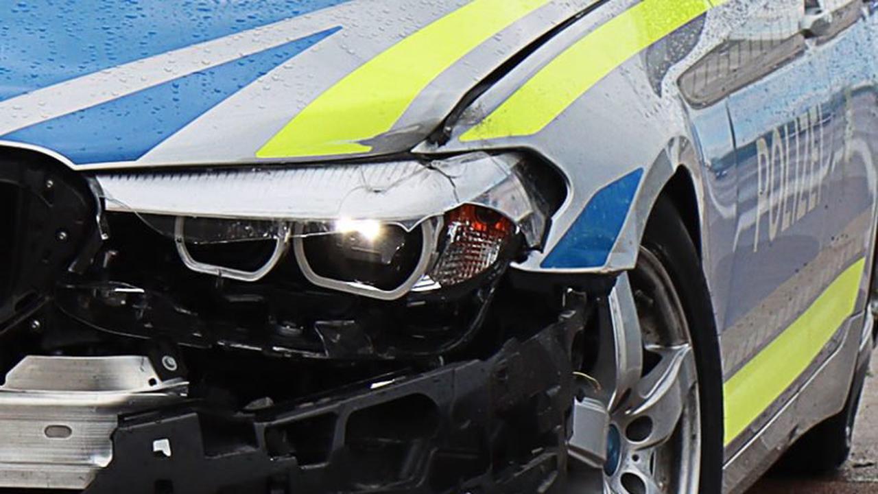 Neu-Ulm: Polizeifahrzeug verunfallt auf Einsatzfahrt im Baustellenbereich der B10