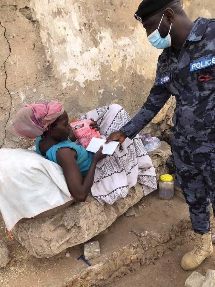 411f42eb4e6af8c73e23d885c92400c7?quality=uhq&resize=720 - Ghanaian Police Officer Donate Food And Money To Homeless People On The Street