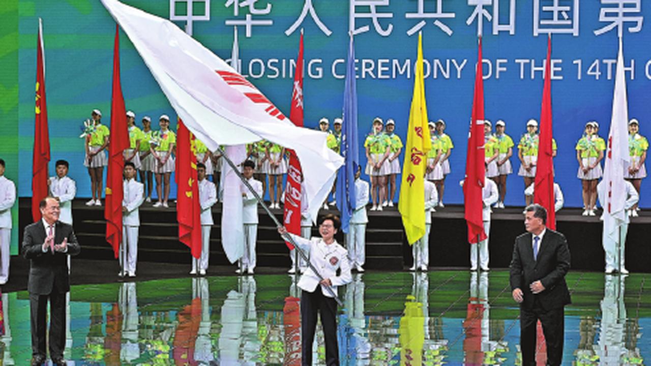 Flagge der Nationalen Spiele 2025 an die Verantwortlichen der Buchtregion übergeben