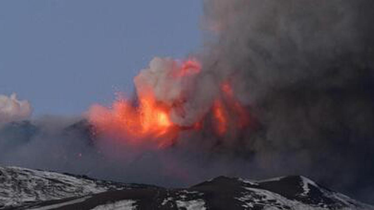 EN IMAGES. Une spectaculaire éruption de l'Etna provoque une pluie de pierres et des coulées de