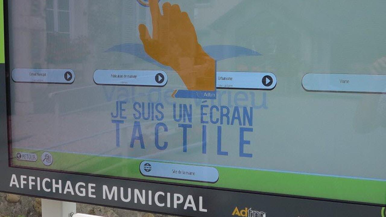 Val-de-Virieu. Un panneau d'affichage tactile installé en face de la mairie