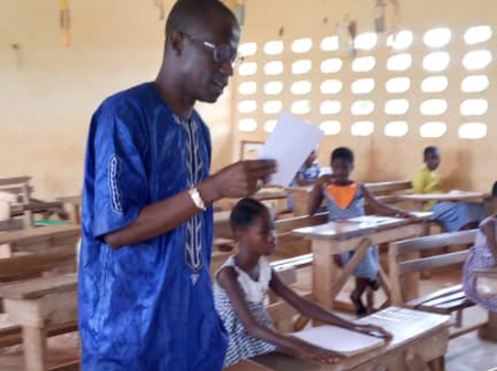 Concours de dictée-lecture à l'IEPP de Hiré: l'inspecteur fait lui-même la dictée aux élèves.