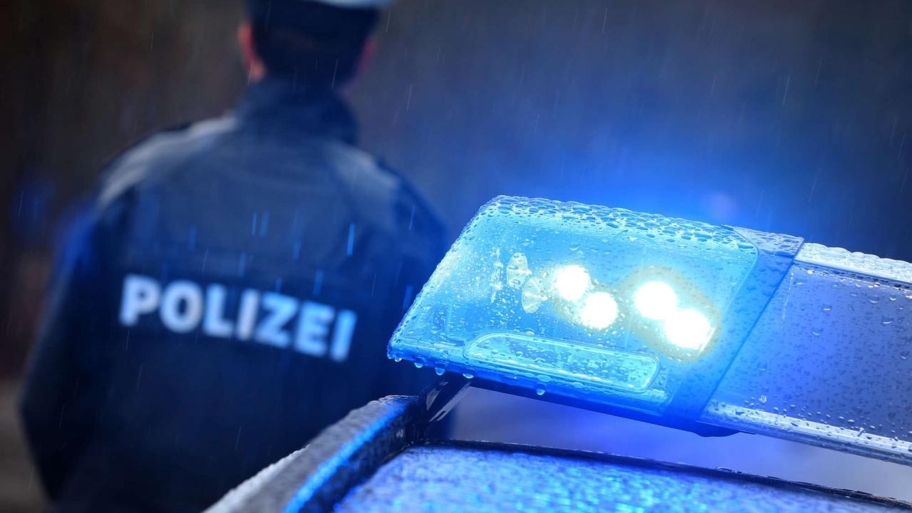 Betrunkener wirft Unterhose auf Polizisten