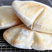 احذر فعلها.. عادة يفعلها الكثيرون في الخبز تحوله إلى طعام سام