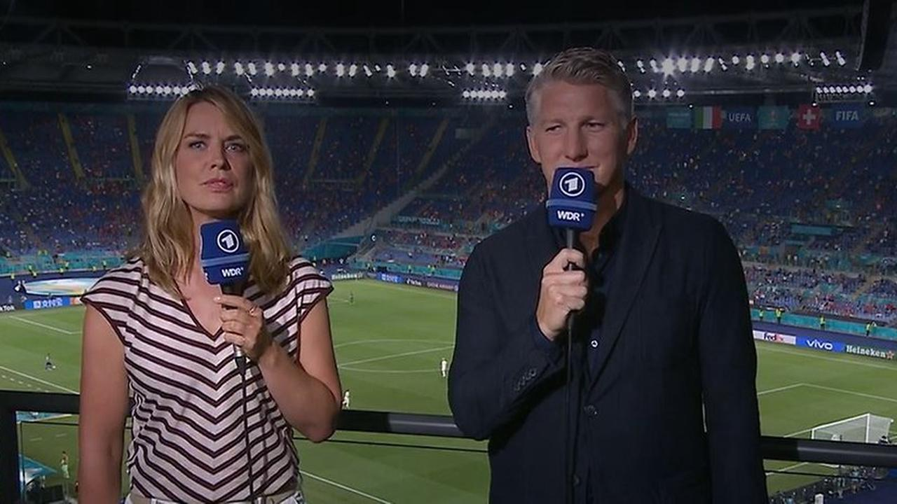 Nächste TV-Panne bei EM: Ex-Schiri nach Meinung gefragt: ARD-Duo lächelt nur in Kamera