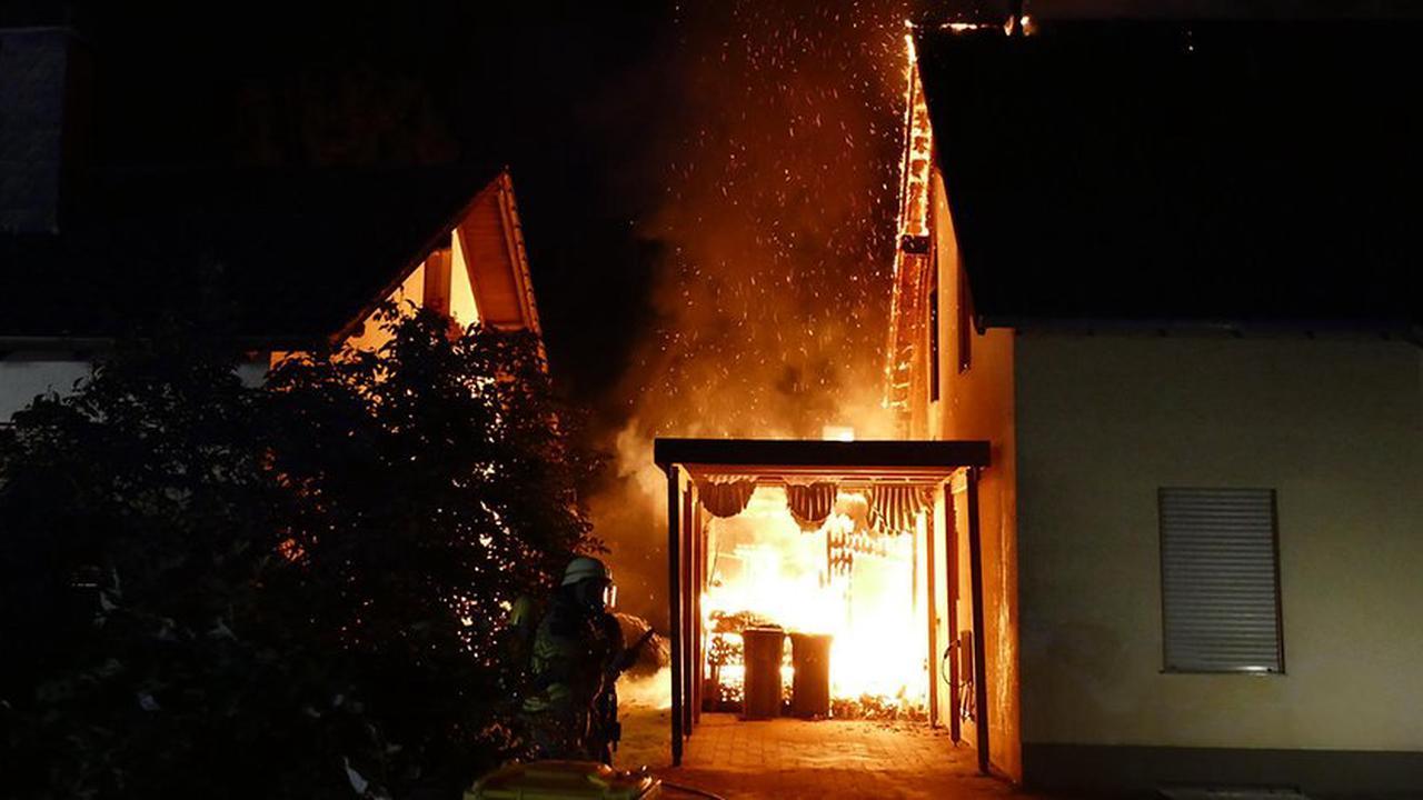 Dachstuhl fing Feuer: Einfamilienhaus in Lohmar brennt in der Nacht