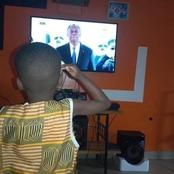 Ce petit garçon qui salue le drapeau ivoirien  devant sa télé suscite de l'admiration ce jour