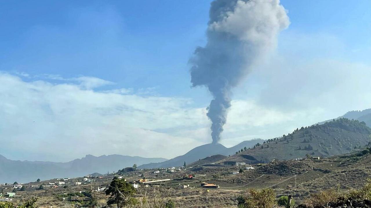 Canaries : sur l'île de La Palma, le volcan s'est mis à recracher des cendres