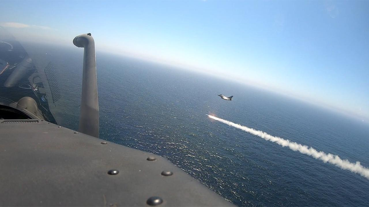 Un chasseur Rafale Marine de la Flottille 12F tire un missile Exocet AM39