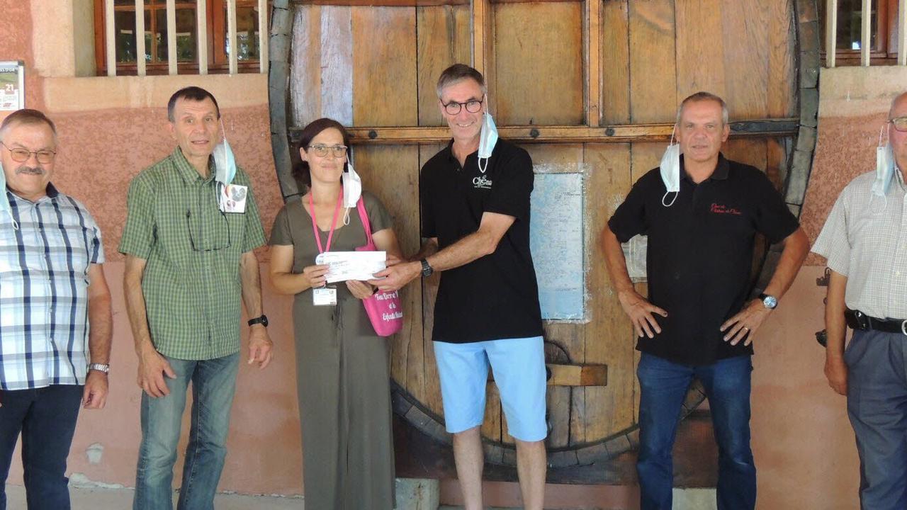 Le cru et la cave du château de Chénas font un don de 512€ à l'association Léa