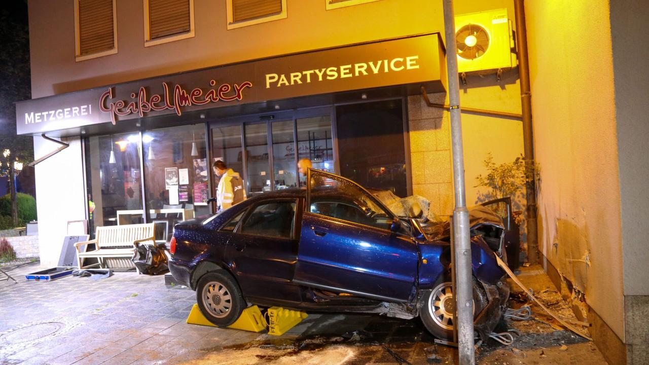 Treuchtlingen |Auto prallt gegen Hausmauer - Fahrer tot, Beifahrer kämpft um sein Leben