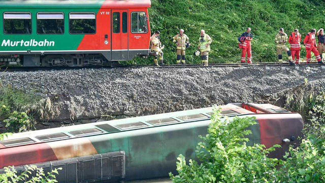 Zug in Österreich stürzt in Fluss – zahlreiche Verletzte