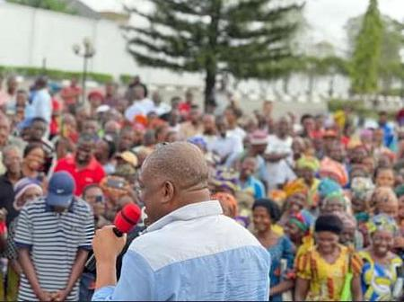 Igbere Residents Storm Orji Uzor Kalu's Home For Solidarity Visit (See Photos)