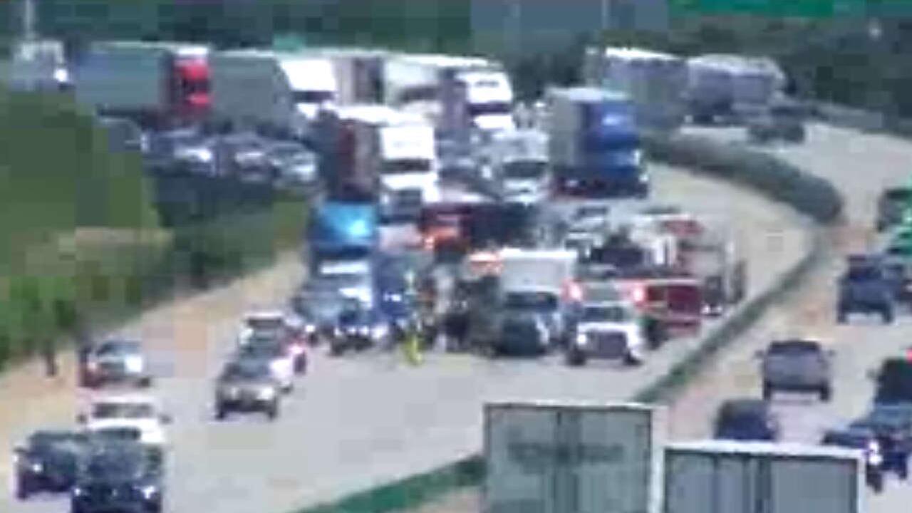 Multi-vehicle crash on I-95 causes backups in Richmond
