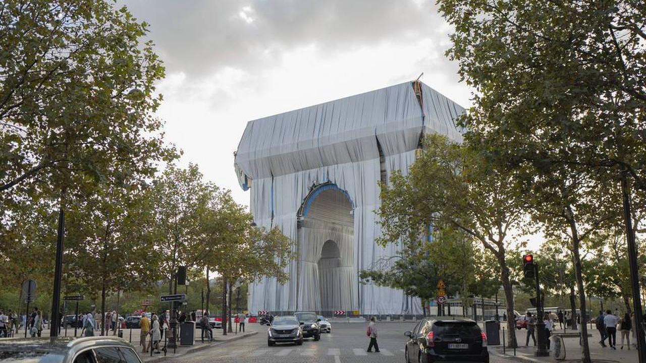"""Macron inaugure l'Arc de Triomphe empaqueté, le """"rêve fou"""" de Christo"""