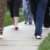 الثالثة ستفاجئك.. ماذا يحدث في جسمك عندما تمشي حافي القدمين؟