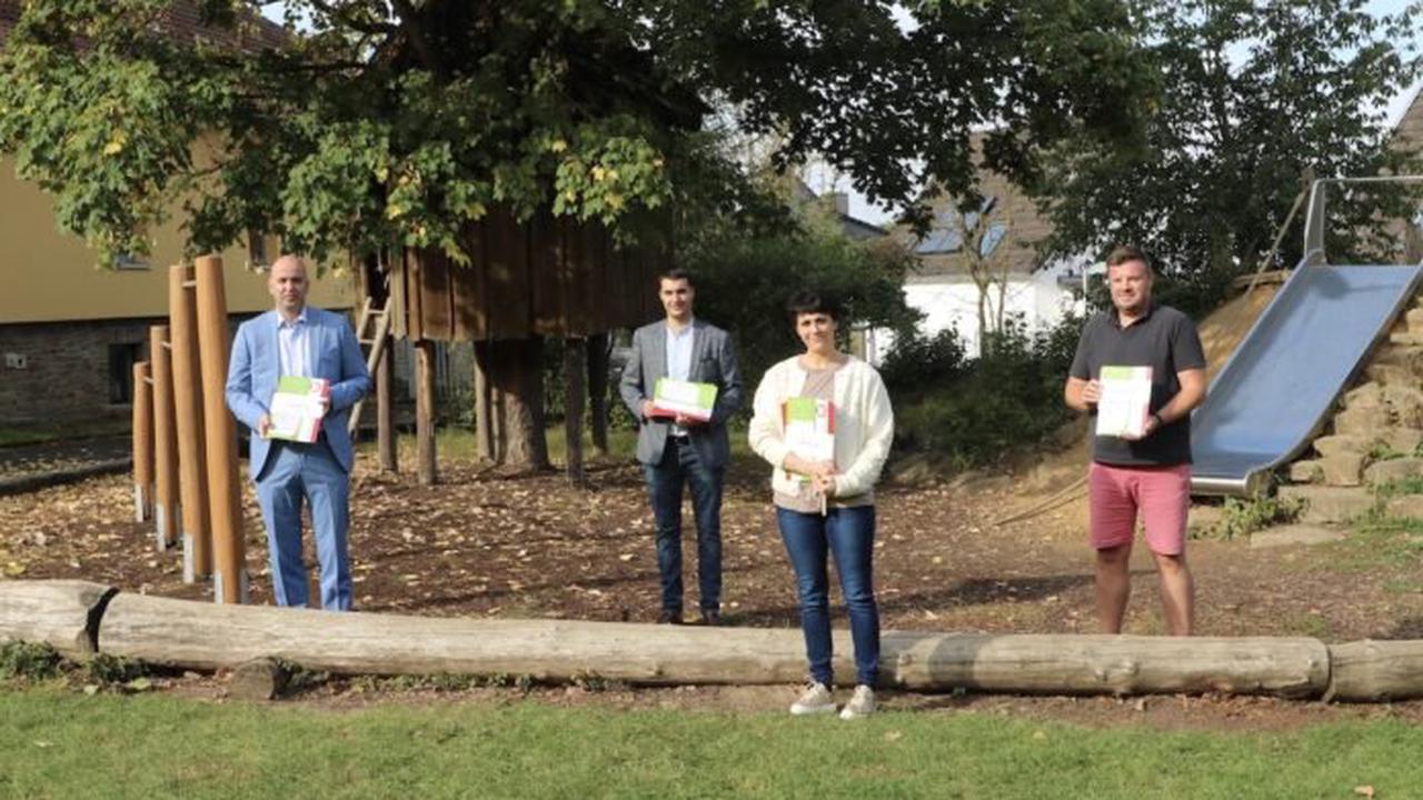 Stromberger Grundschüler freuen sich über Schreiblernhefte von Westenergie