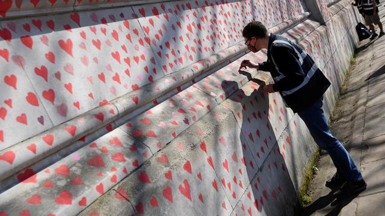 Covid memorial wall has 'got to stay', say bereaved families