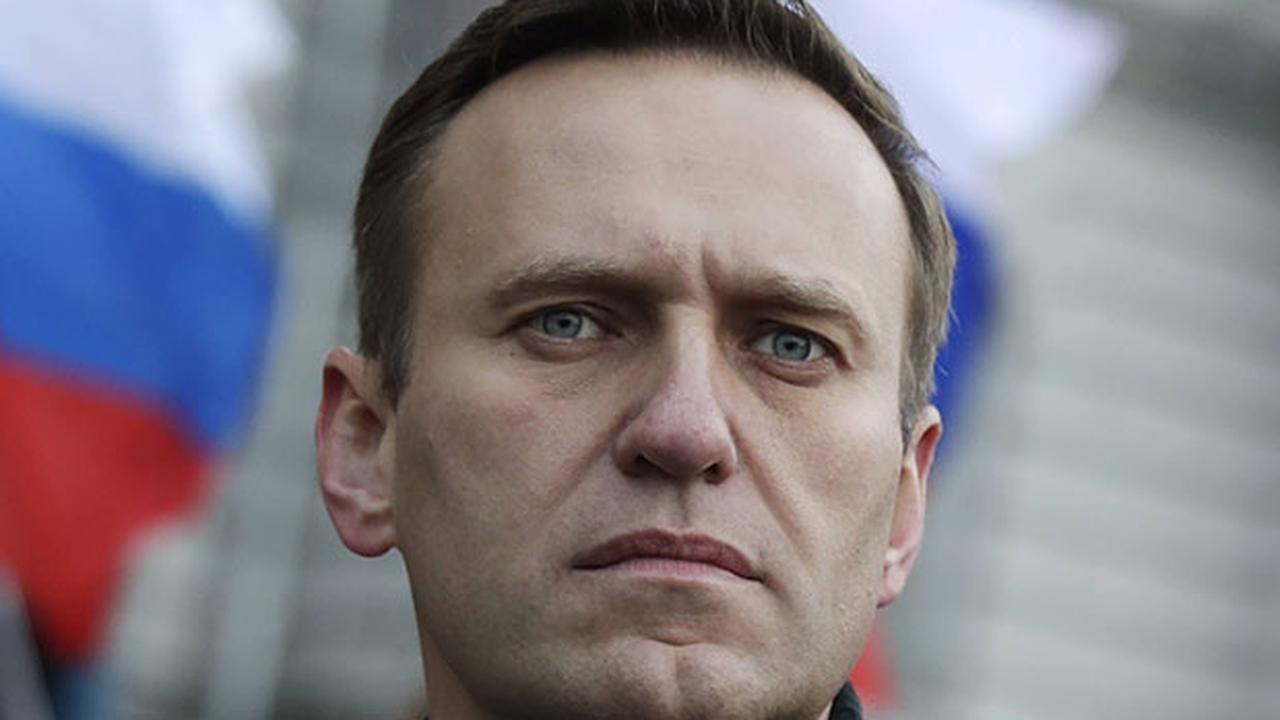 Opponent Alexeï Navalny threatened with prison if he returns to Russia