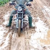Enseignement primaire: un IEPP traverse la boue à moto pour une visite pédagogique