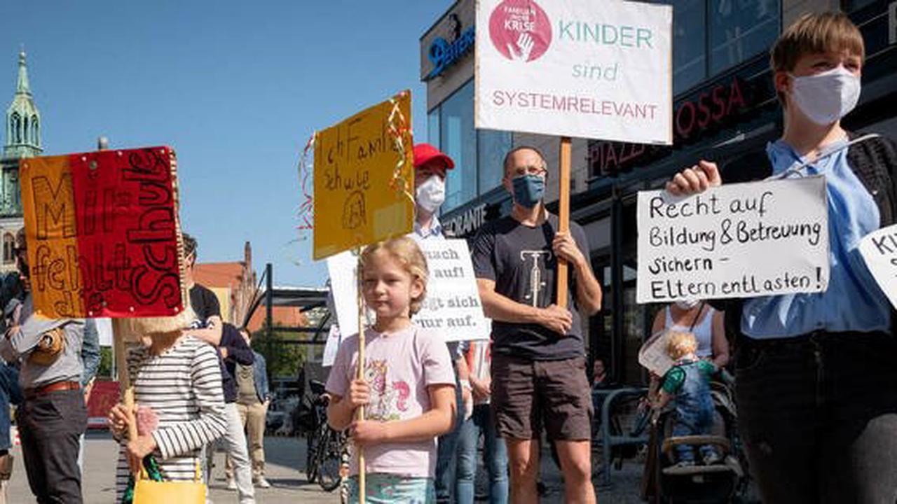 Zwei Corona-Demos am Wochenende : Empörte Berliner Eltern wollen vors Rote Rathaus ziehen