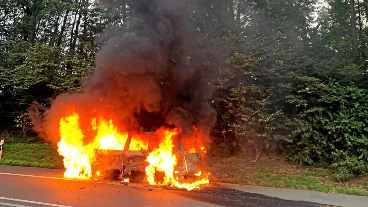 Auf der A2 bei Gelsenkirchen-Buer: Auto brennt komplett aus