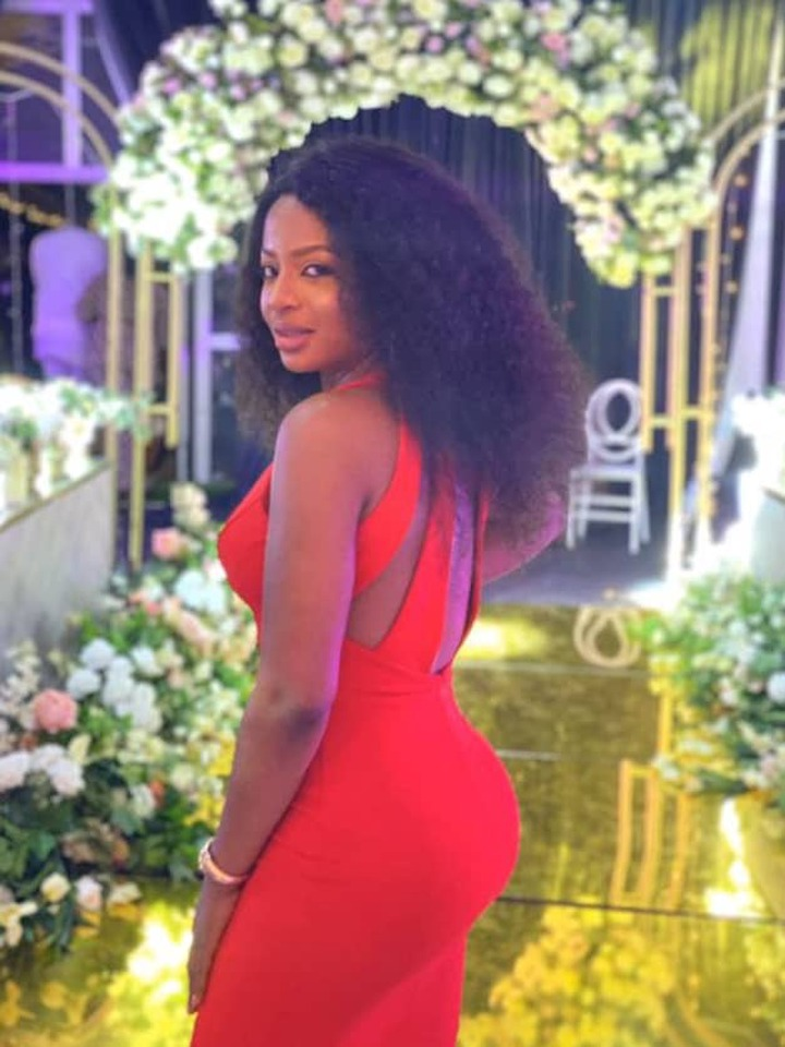 See The Beautiful Picture of Female Police Officer that Got People Talking