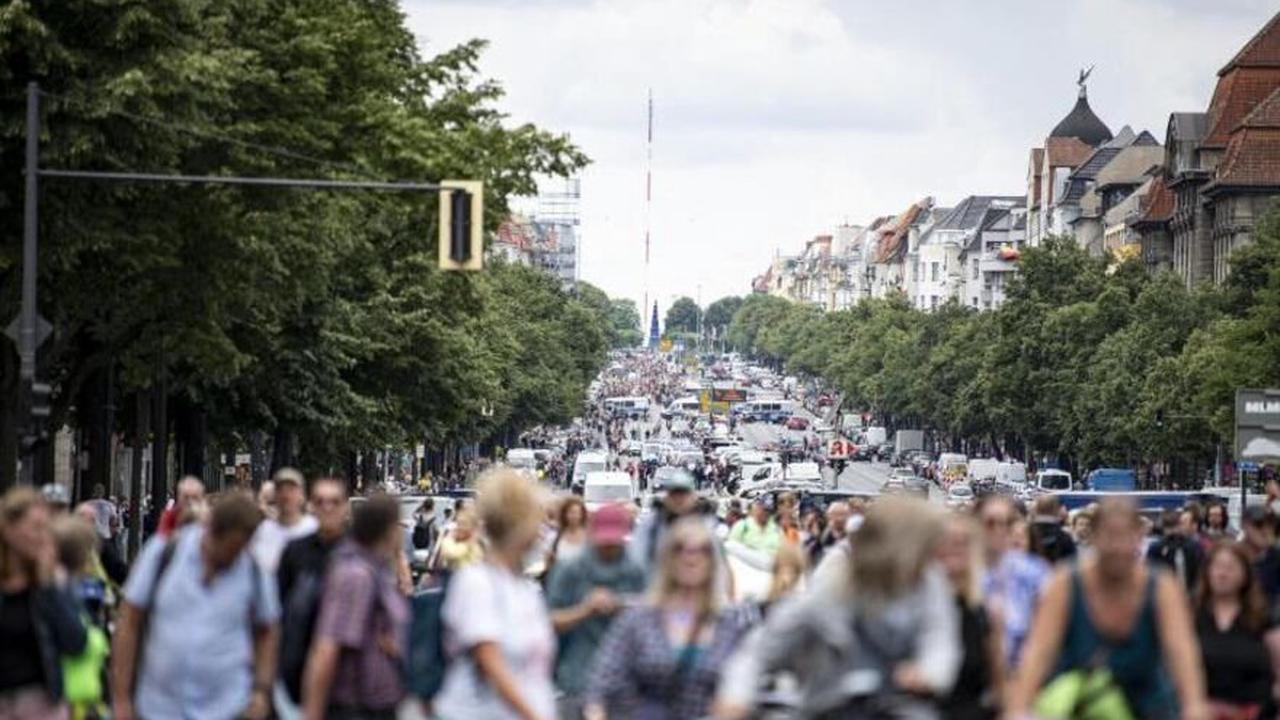 """Rangeleien mit der Polizei: """"Querdenken""""-Szene versammelt sich in Berlin"""