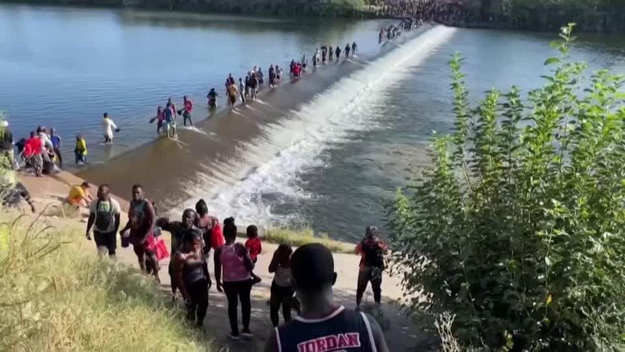 Tausende Flüchtlinge überqueren mexikanisch-texanische Grenze