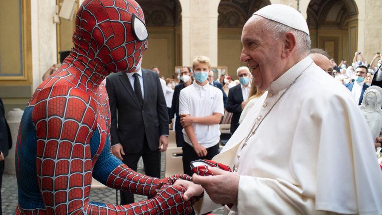 Vatican : le pape François serre la main... de Spider-Man