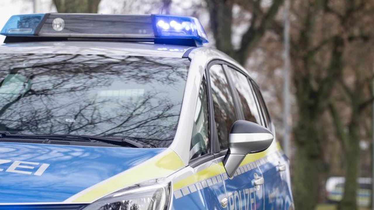 Kradfahrer stößt frontal gegen Pkw
