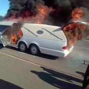 Un corbillard contenant un corps prend feu