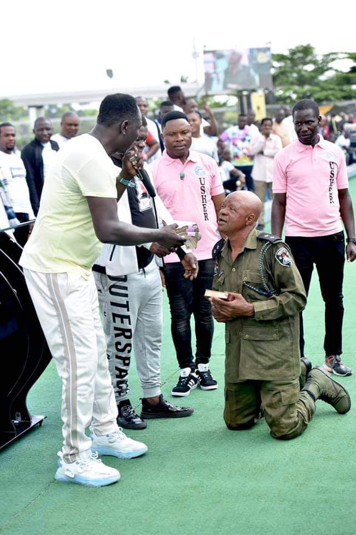 Prophet Jeremiah Fufeyin gifts money to a police officer (See pictures) 21