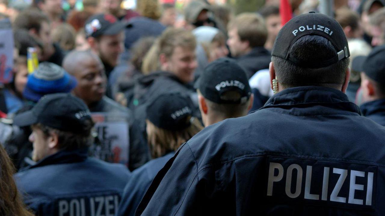 Beleidigende Kommentare - Polizist zeigt nach Corona-Demo über 1000 Facebook-User an