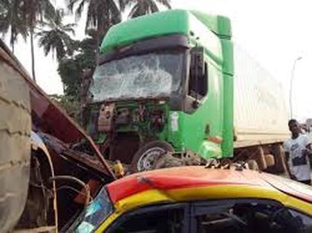 Grave accident de la circulation à Bingerville, un gros camion percute 3  mini-cars et 2 personnels
