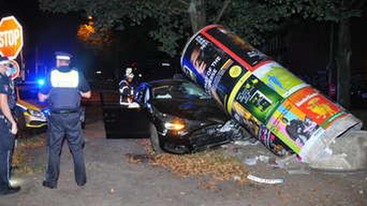 Carsharing-Auto kracht gegen Litfaßsäule – junge Insassen flüchten!