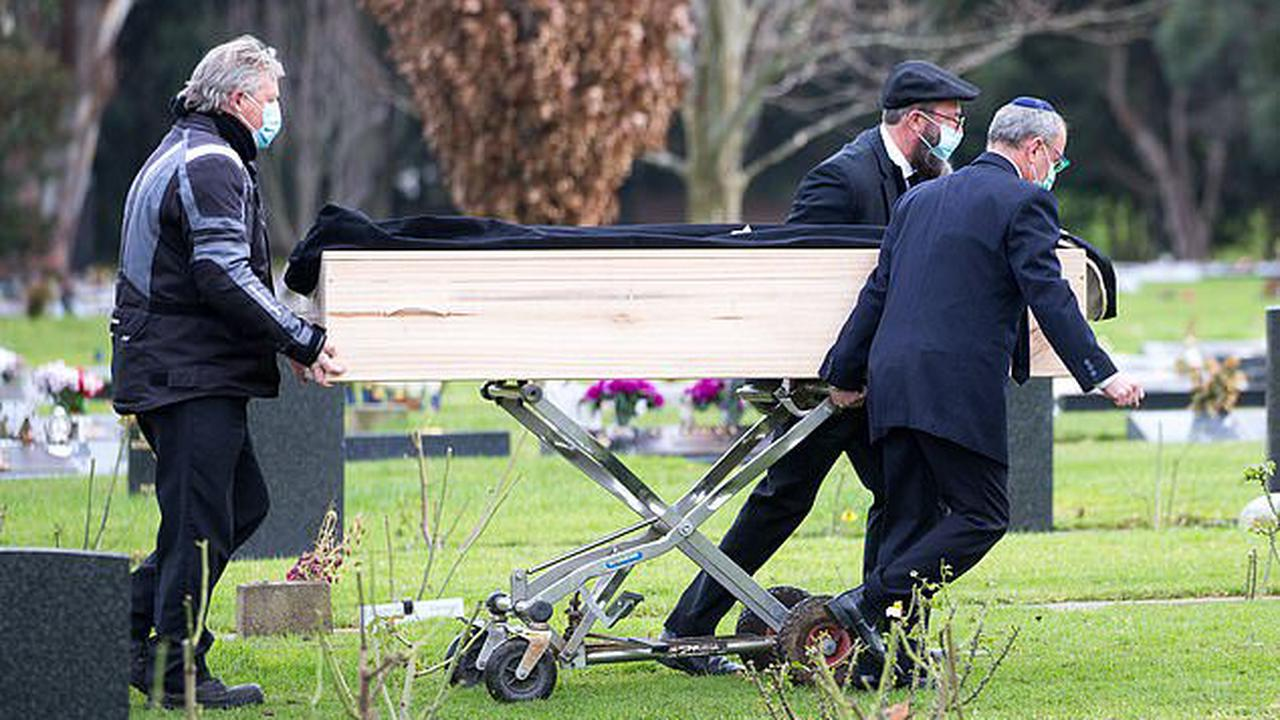 In life Geoffrey Edelsten was glitz, glamour and babes. Today he went to the grave in a simple pine box surrounded by just a few of his closest friends who remembered him as a kind and trusting man