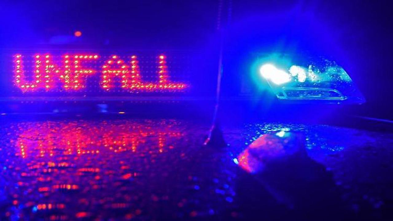 Lkw kracht frontal in Auto: Drei Schwerverletzte