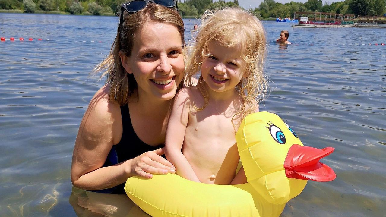 Zwei New Yorkerinnen planschen im Halberstädter See