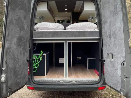 Man turns a Sprinter Minibus into a full house - Photos
