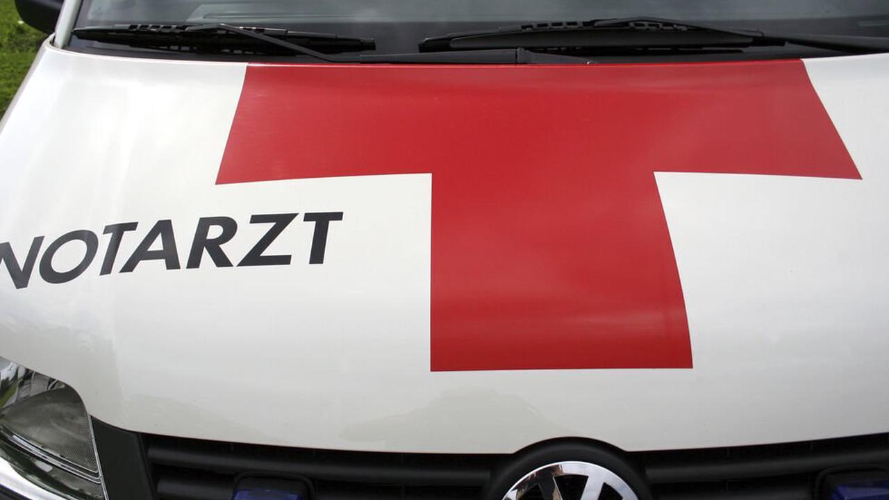 Tirol: Pkw fährt im Zillertal in Almabtriebsgruppe