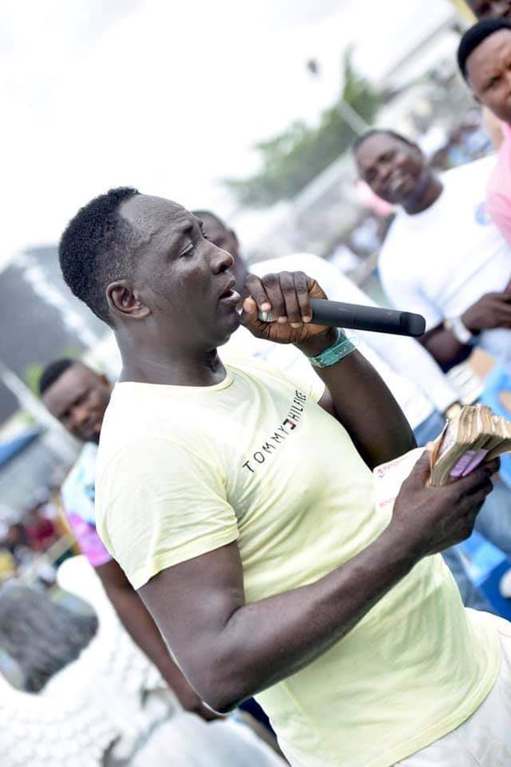 Prophet Jeremiah Fufeyin gifts money to a police officer (See pictures) 16