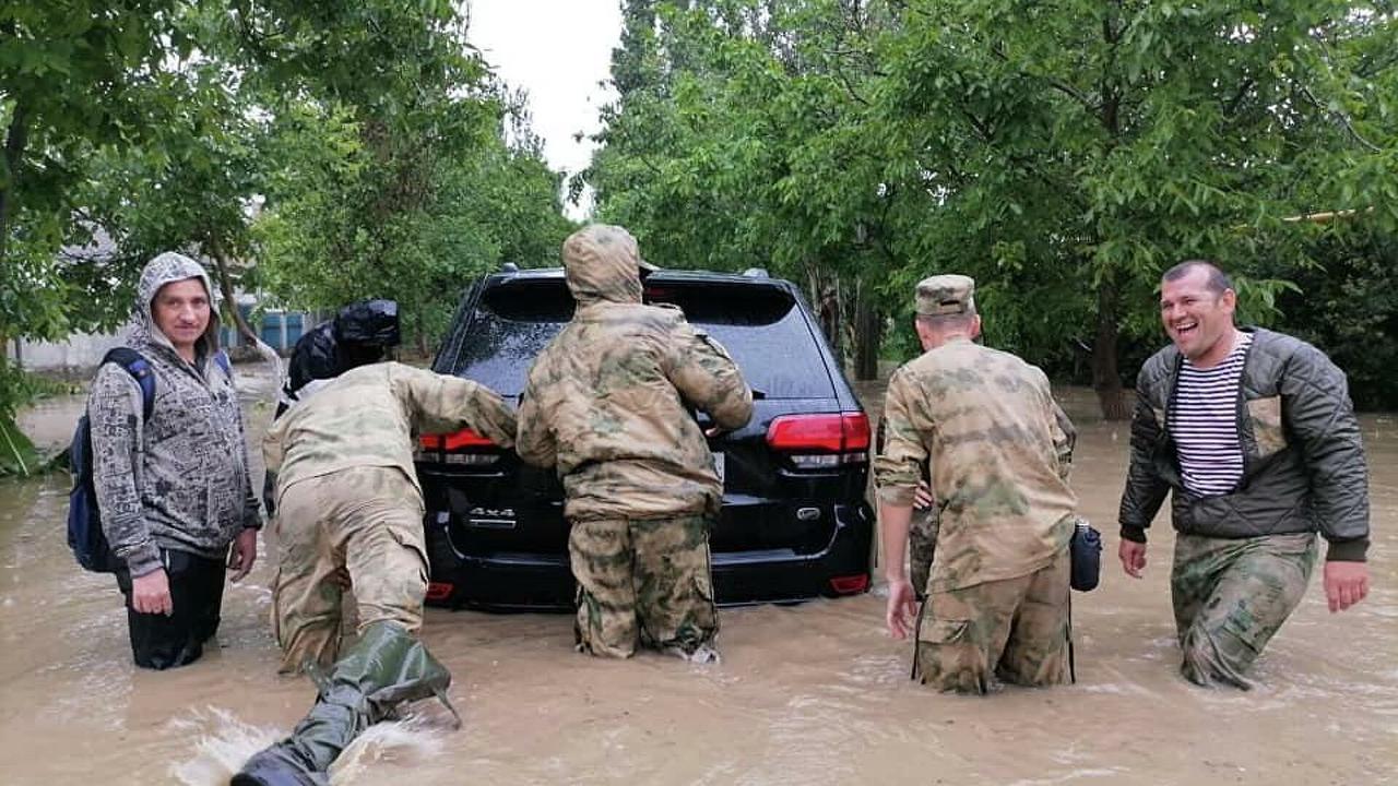 Военнослужащие очистили от завалов русло реки в крымском поселке