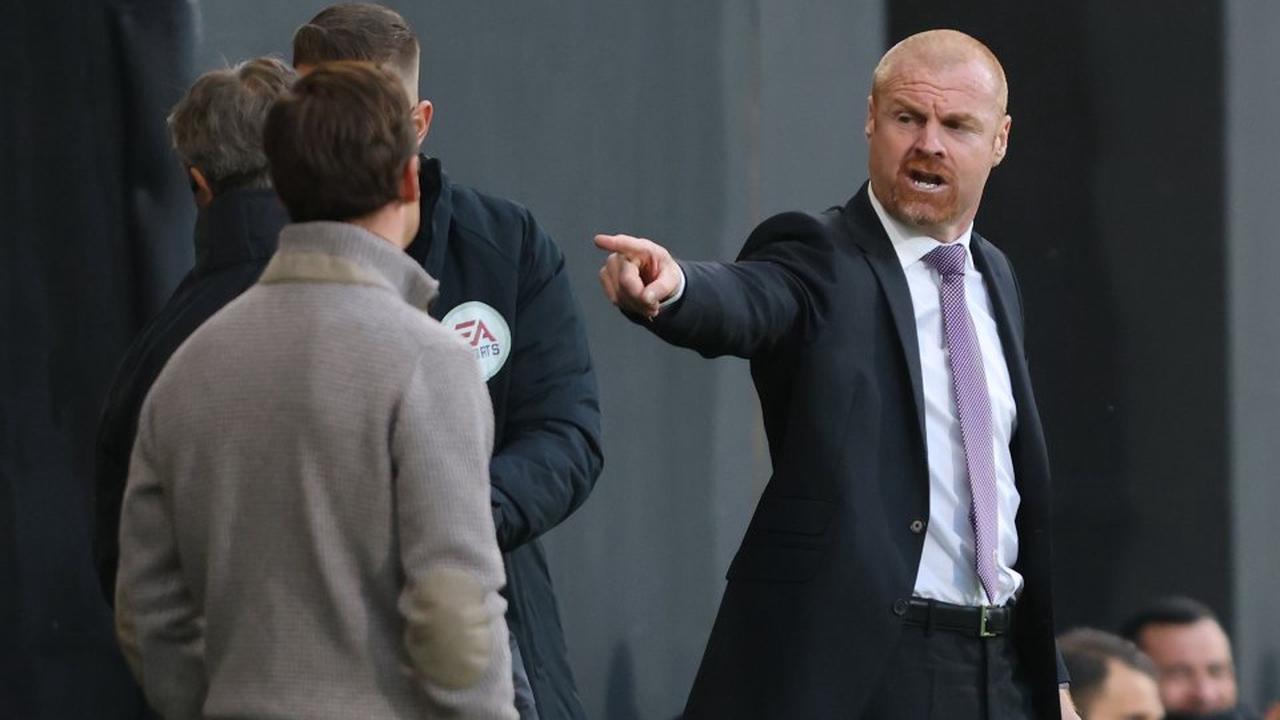 """Sean Dyche """" devrait être discuté pour un plus gros travail """" avec Scott Parker """" pas prêt """" pour Tottenham, a déclaré talkSPORT, alors que Neville et Carragher reprennent le patron de Burnley en tant que candidat au manager de l'année"""