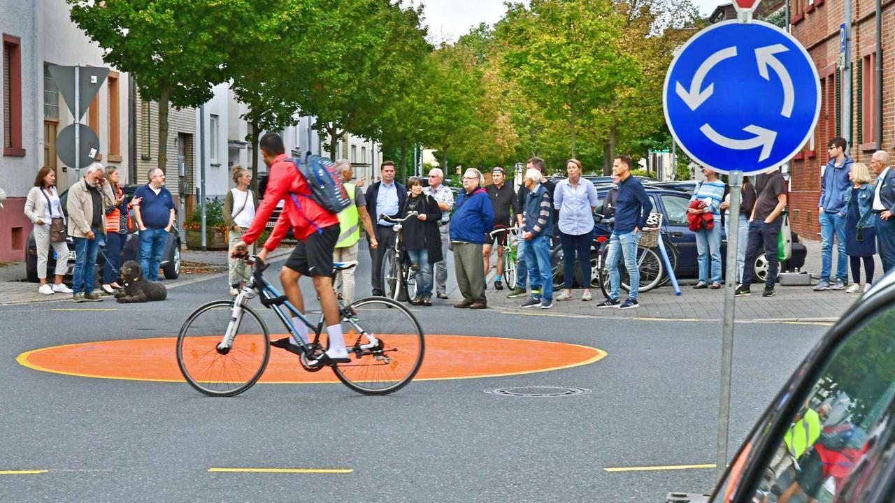 Fahrradstraße in Neu-Isenburg: Markierungen zeigen Strecke an