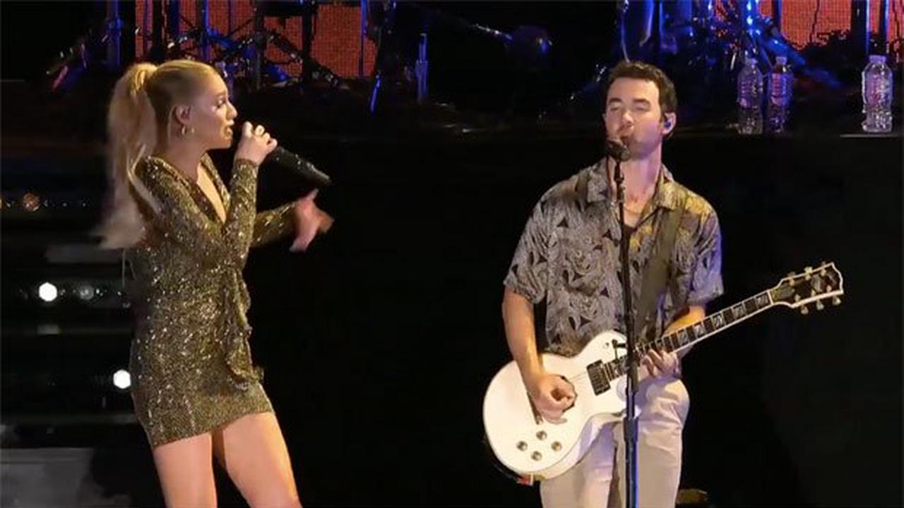Kelsea Ballerini Sparkles In Gold Mini Dress For 'CMT Artists Of The Year' Performance
