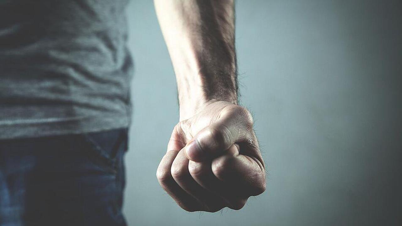 Lichtenfels: Junger Mann (21) rastet in Wohnung seiner Eltern aus und beißt einen Gast