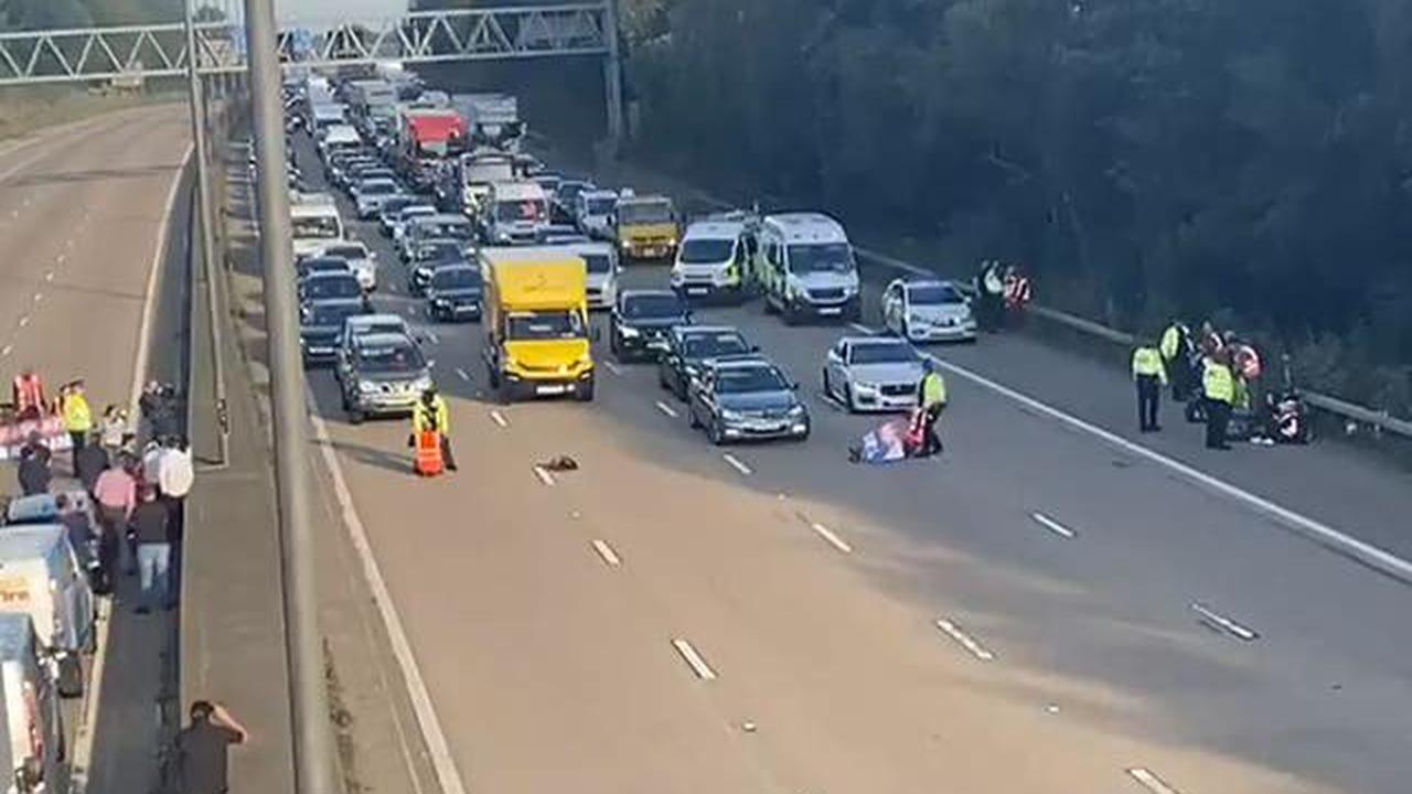M25 protests latest: Insulate Britain activists dash past police onto carriageway in new demonstration