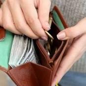 قصة.. بعد موت أبيه فتح محفظته يتفحصها فوجد بداخلها شيئًا لم يكن في الحسبان أصابه بالصدمة