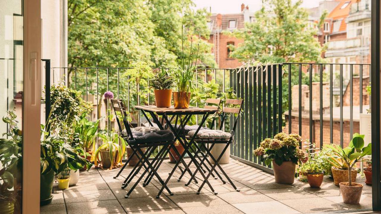 Balkon richtig putzen: Diese Stellen dürfen Sie auf keinen Fall vergessen!